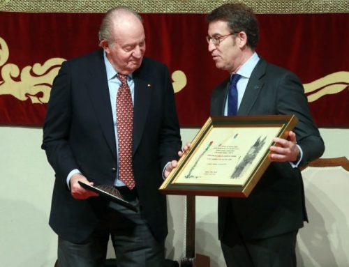 El presidente de la Xunta le entrega la credencial de Honra del Camino de Santiago a Su Majestad el Rey Don Juan Carlos